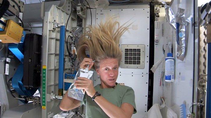 Astronaut Wanita Ini Bagikan Pengalamannya saat Keramas di Ruang Angkasa
