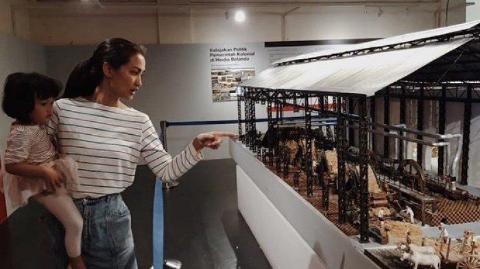 Kebersamaan Atiqah Hasiholan bersama putrinya mengunjungi museum De Tjolomadu