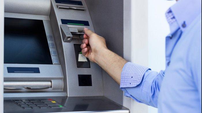 Ilustrasi melakukan transaksi pembayaran tiket kereta