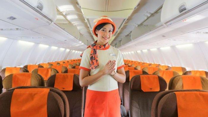 Awak kabin Garuda Indonesia, berpose di dalam pesawat Garuda Indonesia dengan nuansa klasik di Terminal 3 Bandara Internasional Soekarno-Hatta, Tangerang, Banten, Jumat (7/12/2018). Garuda Indonesia meluncurkan layanan penerbangan bernuansa klasik bertajuk Garuda Indonesia Vintage Flight Experience dari tanggal 7-17 Desember 2018