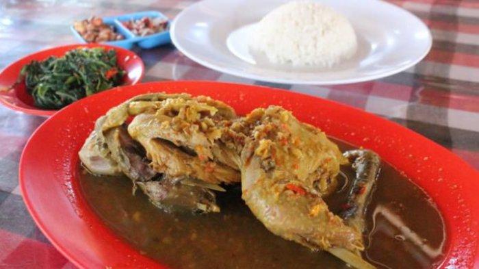 Ayam betutu gilimanuk dengan kuah khas bumbu Bali.