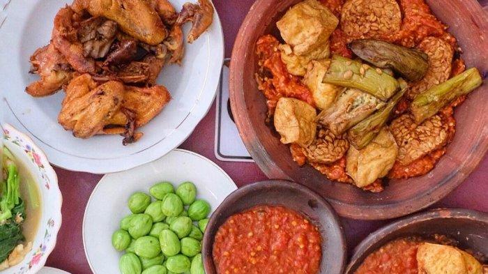 4 Warung Ayam Penyet Enak di Surabaya Buat Makan Siang Ini Punya Sambal yang Khas