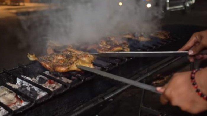 Warung Ini Bakar Ayam Kampung Pakai Pedang, Ternyata Ada Fungsinya