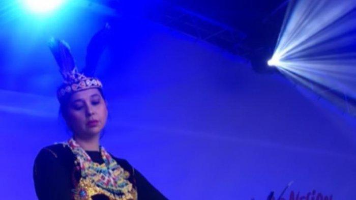 Lewat Tarian Kalimantan Timur, Ayu Azhari Perkenalkan Budaya Indonesia di Inggris