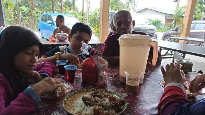 Dikira Warung Makan, Satu Keluarga Ini Ternyata Makan di Rumah Orang Saat Sedang Liburan