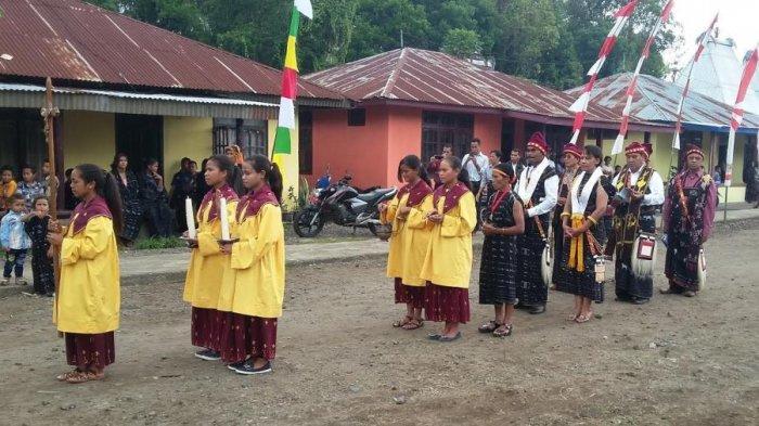 Para pastor konselebran bersama ajudan saat memasuki tempat perayaan misa inkulturasi Reba di Kampung Langagedha, Kecamatan Bajawa, Kabupaten Ngada, Flores, Nusa Tenggara Timur, Minggu (15/1/2017).