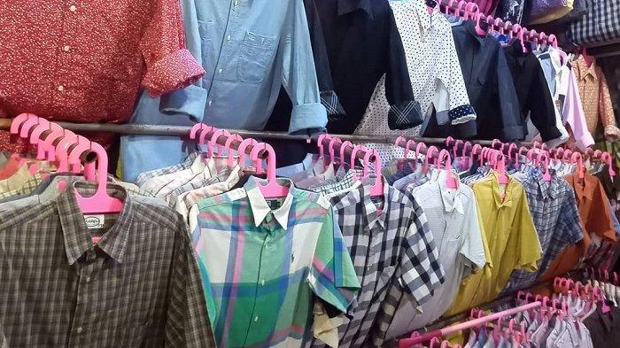 Baju bekas yang dijual di pasar Gedebage Bandung