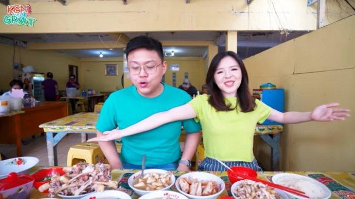 Ken & Grat mencicipi menu di Bakmi Acing
