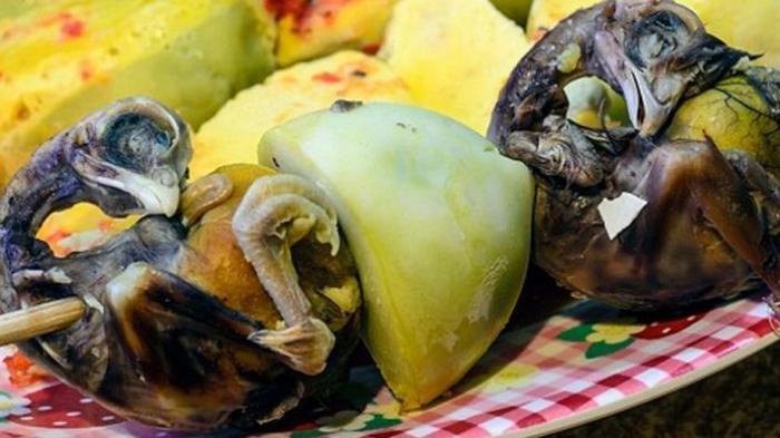 Ilustrasi kuliner Balut, embiro bebek rebus dari Vietnam.