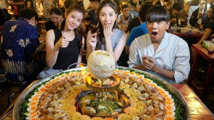 5 Kuliner 'Monster' di Bangkok yang Wajib Kamu Coba, Bami Jom Palung Seberat 35 Kg