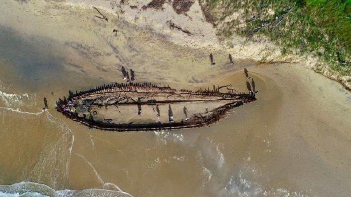Hebohkan Warga, Bangkai Kapal Karam Berusia 128 Tahun Ini Muncul Ke Permukaan Pantai