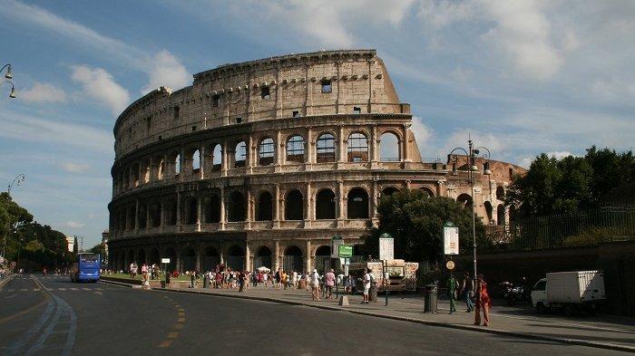 Turis Irlandia Terancam Denda Rp 35,8 Juta Karena Ukir Inisial Namanya di Colosseum Roma