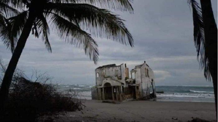 Bangunan Terbengkalai Secara Misterius Muncul di Pantai, Bikin Penasaran Wisatawan Pecinta Adrenalin