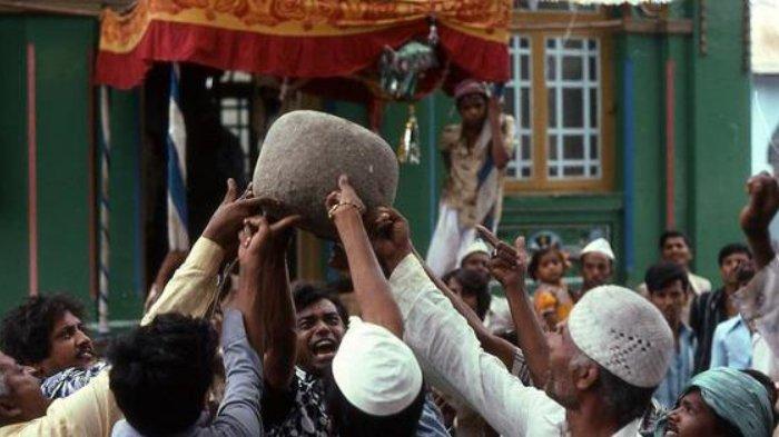 Batu Ajaib Seberat 90 Kg di Shivapur India ini Hanya Bisa Diangkat Menggunakan Jari 11 Orang