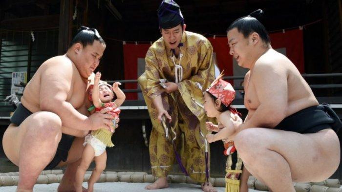 Crying Sumo Festival - Kocak! Bayi Tak Menangis di Event Jepang Ini Malah Dianggap Pembawa Sial
