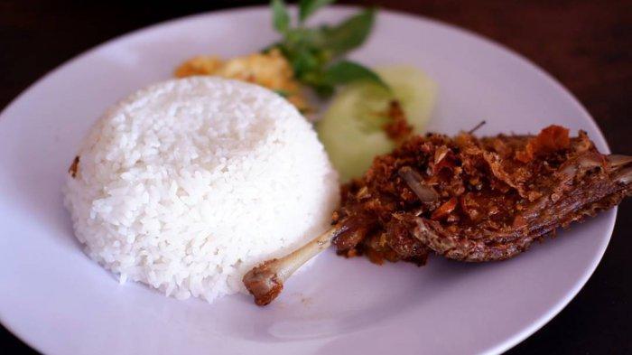 Rekomendasi 6 Tempat Makan Enak Bebek Songkem Khas Madura, Mulai dari Lesehan hingga Kafe