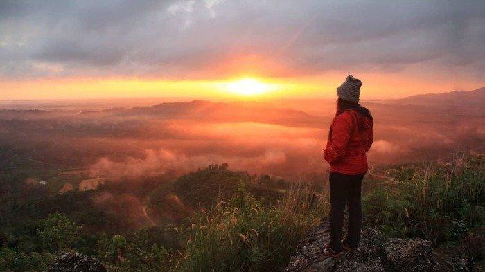 Yuk Coba Berburu Sunset ke Puncak Manalese, Negeri di Atas Awan yang Menawan