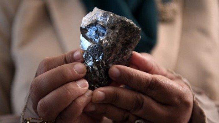 Seorang anggota kabinet Botswana memegang berlian 1.174 karat di Gaborone, Botswana, pada 7 Juli 2021, yang ditemukan Lucara Botswana selama produksi sebelas hari pada Juni 2021.