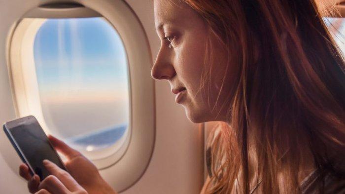 Ilustrasi - Bermain ponsel di pesawat dapat menganggu sistem navigasi dan sistem saat pesawat hendak melakukan pendaratan.