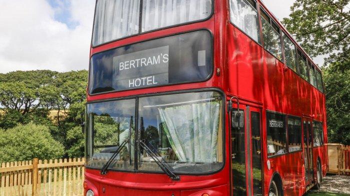 Bukan Hotel Biasa, Menginap di Bus Bertingkat Ini Bisa Tidur Sambil Baca Novel Agatha Christie