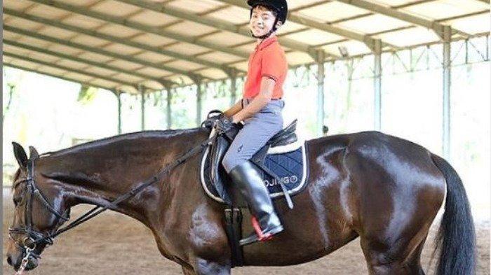 Liburan Artis - Olahraga Berkuda Bareng Sarwendah, Beginilah Foto Keren Betrand Peto Naik Kuda Hitam