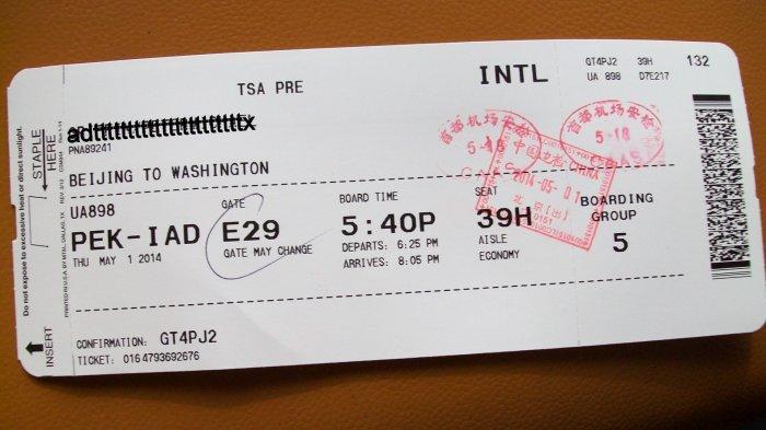 Boarding pass yang berisi nomor penerbangan dan kode lainnya