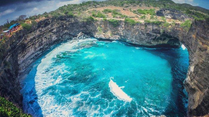 Broken Beach yang nampak seperti kolam raksasa yang berada di Nusa Dua Penida Bali