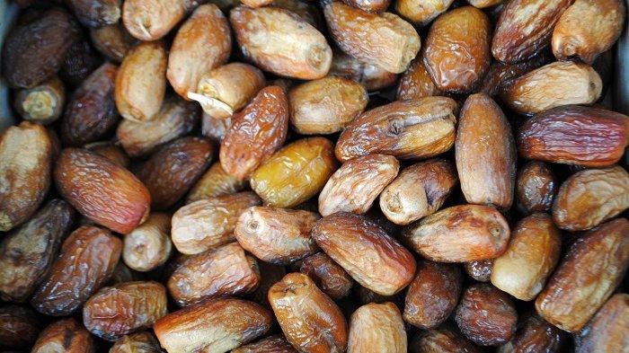 Buah kurma memiliki banyak manfaat kesehatan, sehingga cocok dikonsumsi saat berbuka puasa maupun sahur.