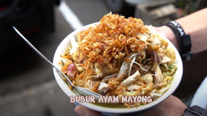 Bubur Ayam Mayong dengan topping menggunung.