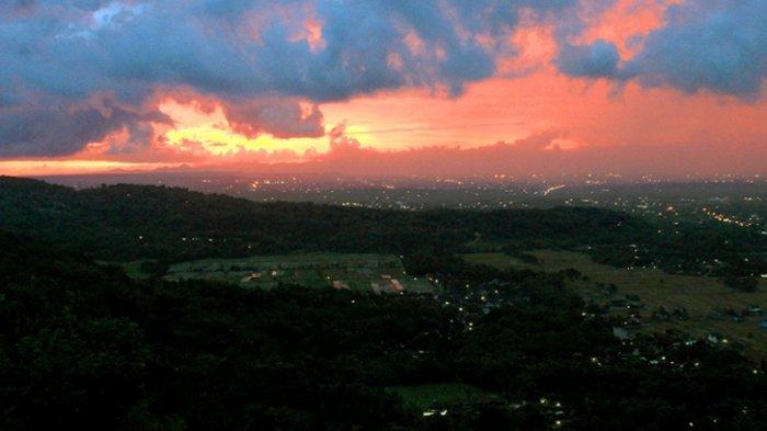 Kota Jogja dilihat dari Bukit Bintang saat senja.