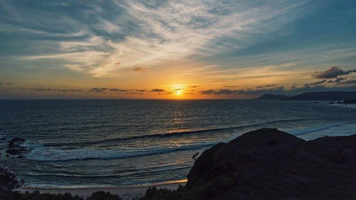 Indahnya Bukit Merese Lombok, Bisa Nikmati Sunrise Sekaligus Sunset