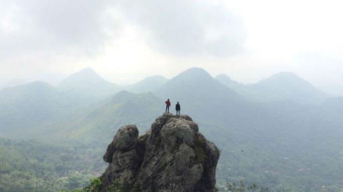 Bukit Cumbri, Sensasi Berada di Atas Ketinggian yang Memisahkan Dua Provinsi