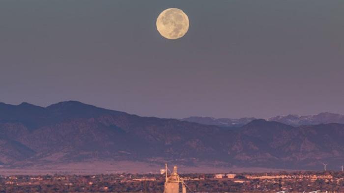 Bulan Purnama di atas pegunungan