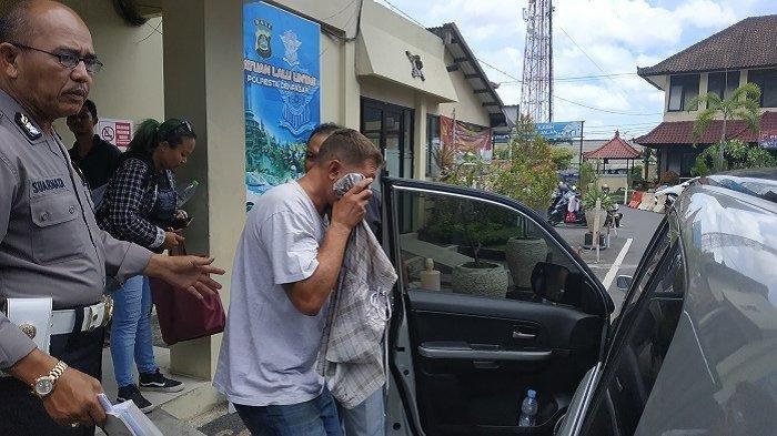 Bule mabuk, Ryan Matthew Hunter (48), yang menabrak dua motor, keluar dari Polresta Denpasar menuju RS Bayangkara untuk diperiksa kesehatannya, Kamis(9/1/2020). Bule Mabuk di Jimbaran Tabrak Dua Motor, Ryan Mattew Diamankan Polresta Denpasar