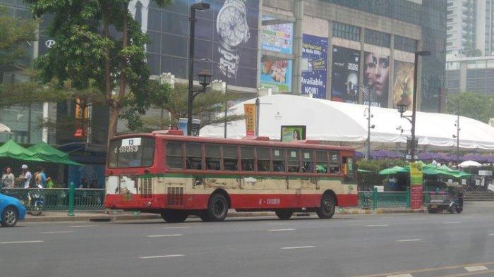 Satu bus kota yang sedang melintas di jalanan Bangkok, Thailand.