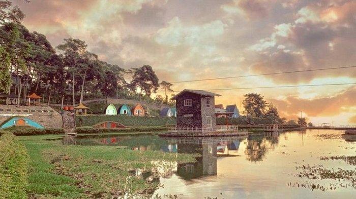 Cafe Tengah Danau di Nirvana Valley Resort.