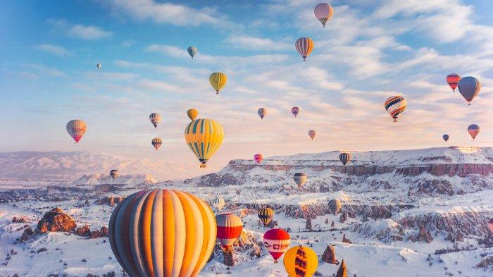 6 Foto yang Tunjukkan Keindahan Balon Udara di Cappadocia, Berlatar Langit Biru dan Tanah Bebatuan