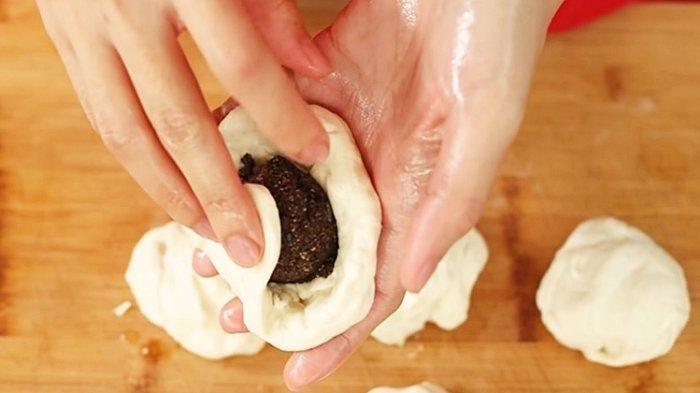 Cara memasukkan isian ke dalam adonan hotteok