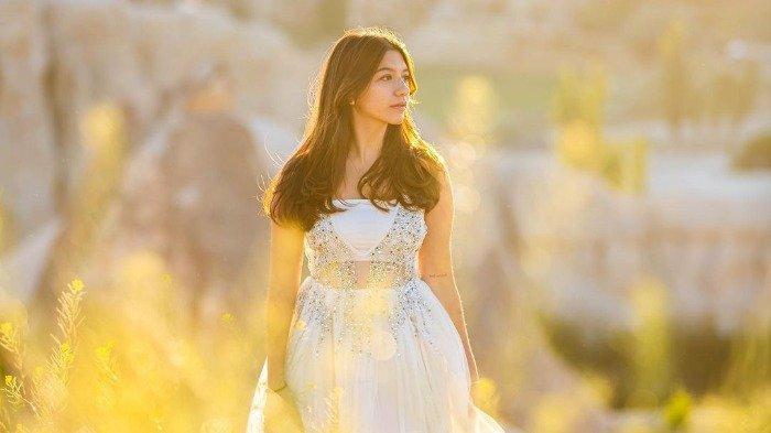 Intip Gaya Cassandra Lee saat Liburan di Turki, Tampil Anggun dengan Gaun Putih
