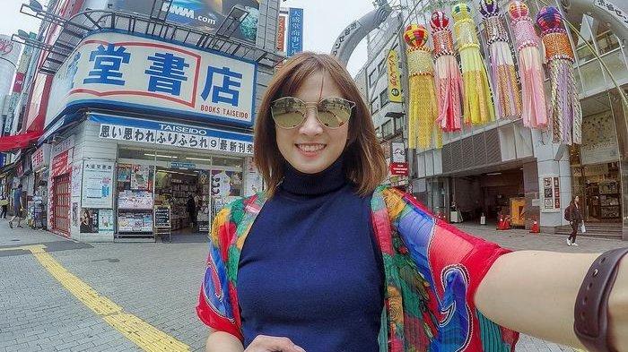 Chika Jessica Lakukan Manequin Challenge hingga Makan di Pinggir Jalan Saat Liburan di Hongkong