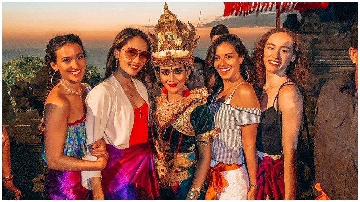 Potret Cinta Laura Traveling ke Bali, Mengunjungi Pantai hingga Mata Air Suci