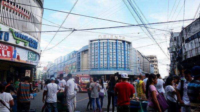 Persimpangan jalan pertemuan antara Colon Street dengan Legaspi Street di Cebu City, Filipina.