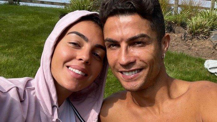 Tiba di Manchester, Cristiano Ronaldo dan Keluarga Asyik Jalani Karantina Sambil Berjemur