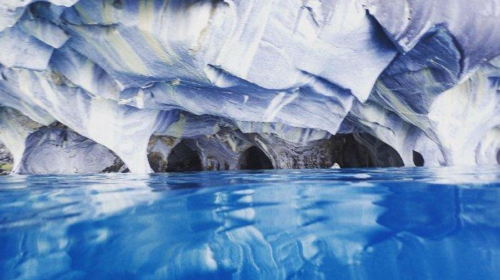 Melihat Cuevas de Marmol dengan Lanskap Pemandangan yang Indah di Tengah Danau Carrera, Chile
