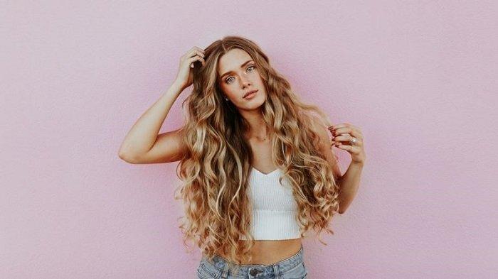 Cara Simpel Membuat Rambut Curly Tanpa Menggunakan Catok Cuma Butuh Waktu 5 Menit Tribun Travel
