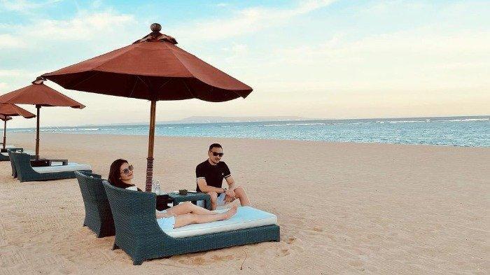 Potret Cut Tari saat lburan di Bali bersama suaminya, Richard Kevin.