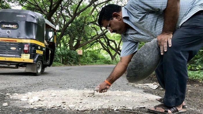 Seorang Ayah Keliling Mumbai Hanya untuk Perbaiki Jalanan Berlubang, Ada Kisah Tragis di Baliknya