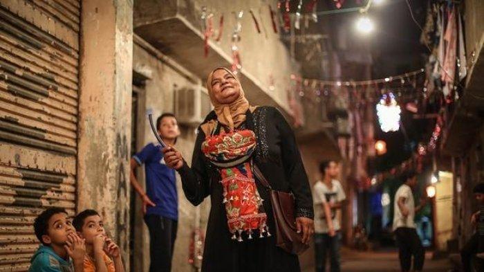 Cerita Mesaharati Wanita Asal Mesir, Bangunkan Sahur & Bertahan dengan Profesi yang Didominasi Pria
