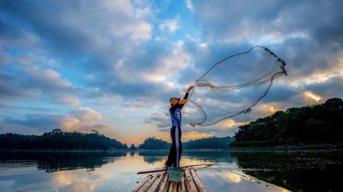 Seorang nelayan sedang melempar jaring ikan di Danau Situ Gede