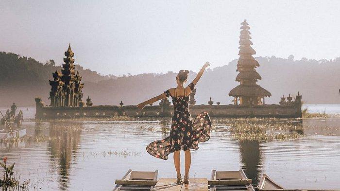Danau Tamblingan Bali dengan latar keindahan pura yang menawan
